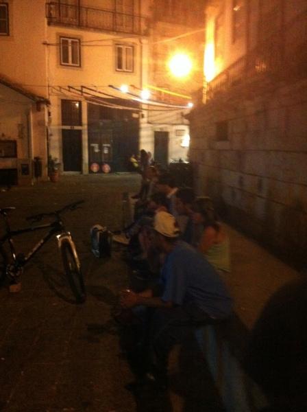 Sommarnatt i Graça, en ännu socialt blandad stadsdel i centrala Lissabon.