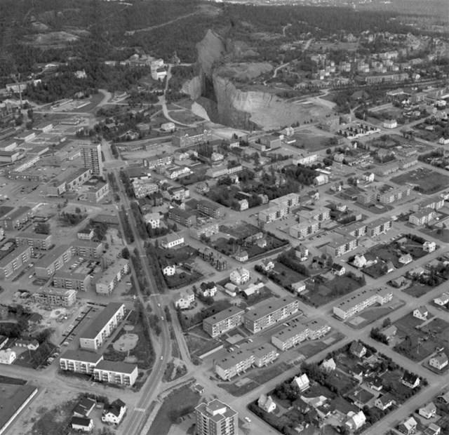 Flygplansbild över Malmberget. Kaptensgropens omfång vidgades snabbt pga omfattande brytning under staden. Foto från tidigt 1970-tal.