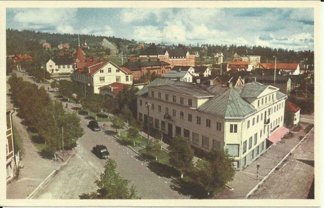 Malmberget korsning Köpmangatan Malmberget, Gällivarevägen. Centralskolan i bakgrunden, 1950-tal.