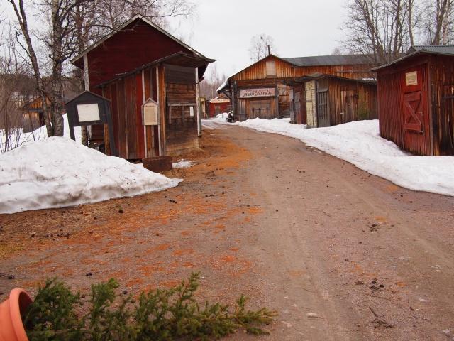 Delar av den bevarade kåkstaden i Malmberg. Skjulen ska flytta till en kulturpark i Gällivare efter nedmontering.