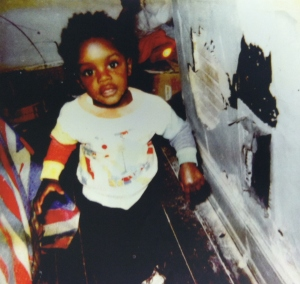 Familjefoto på Freddie Gray som litet barn, i ett hus med flagnande vitfärg. Fotot tillhörde rättegångsmaterialet i familjen Grays stämning av sin hyresvärd 2008. Stämningen ledde till förlikning mellan parterna 2010. Foto Washington Post.