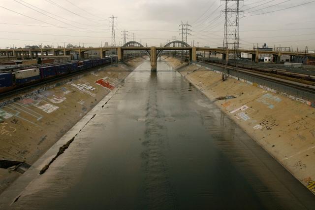 LA river vid industri- och järnvägskvarteren i Vernon, 1990.
