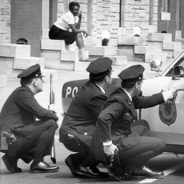 Stoop sitting under en polisrazzia mot Black Panters i Baltimore, 1 maj 1970, foto: Clarence B. Garrett/Baltimore Sun.