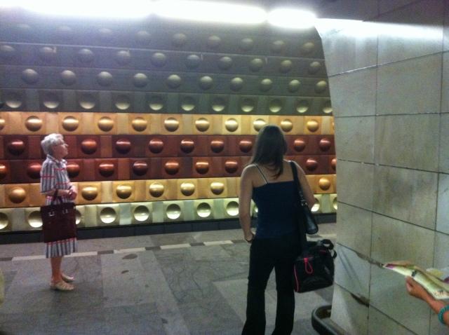 Metrolinje A i Prag från 1970-talet, med återkommande schabloner i olika färger på stationernas väggar. Prag har flest andel resande bland europeiska städers invånare med kollektivtrafik. Foto: HF.
