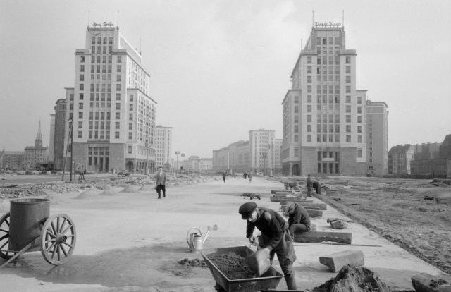 Uppförandet av Stalinallee, idag Karl-Marx-Allee i Friedrichshain i forna Östberlin, foto BSB 1960.