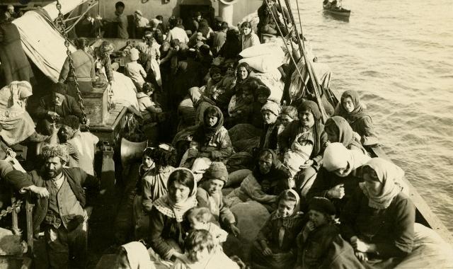 Grekiska flyktingar lämnar Smyrna i september 1922. Foto Open Library, US.