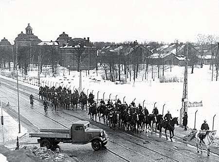 Högvakten från kavallerikasernen på Sturevägen - nuvarande Lidingövägen - 1938. Stockholmskällan.