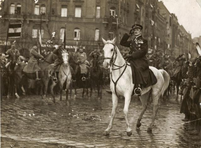 Miklós Horthy, sedermera riksföreståndare i Ungern, rider in i Budapest den 16 november 1919.