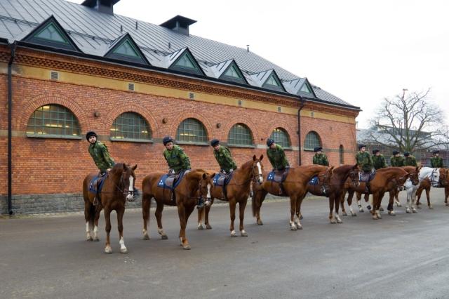 Uppvändning och avsittningsmanöver efter ridträning på kavallerikasernen, foto Försvarsmakten.